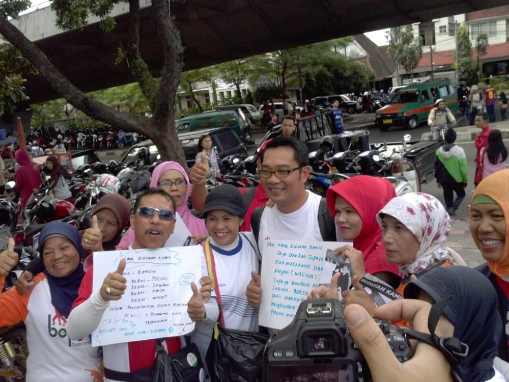 Ridwan Kamil dengan beberapa warga yang langsung mendukung pencalonan dirinya. Saya rasa ibu-ibu dan bapak-bapak ini belum tahu potensi sebenarnya seorang Ridwan Kamil.