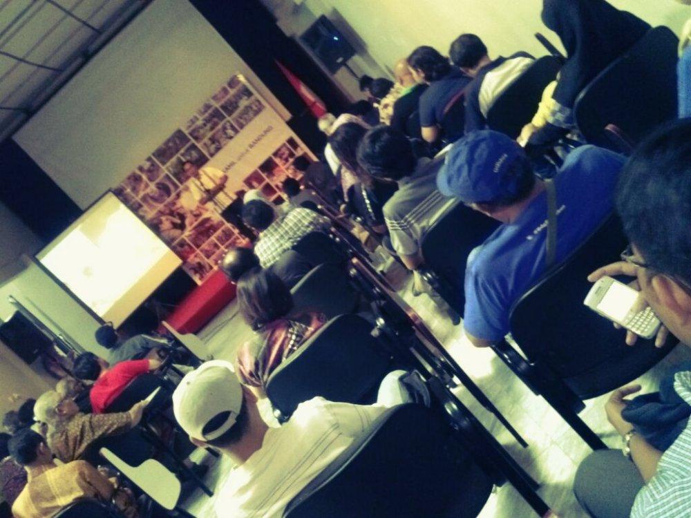 """Sepenggal Republik Indonesia lahir di Kota Bandung"" kata Ridwan Kamil, merujuk pada pidato 'Indonesia Menggugat' oleh Bung Karno yang dibacakan di gedung yang sama dengan deklarasi Ridwan Kamil untuk Bandung"