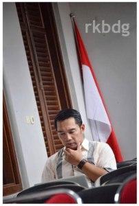 Ridwan Kamil duduk menyendiri menyiapkan pidato deklarasi, di pojokan ruang Gedung Indonesia Menggugat